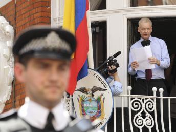 Assange sigue metiendo el dedo en la llaga