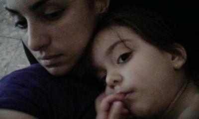 Isa haciendo siesta con tía Juli