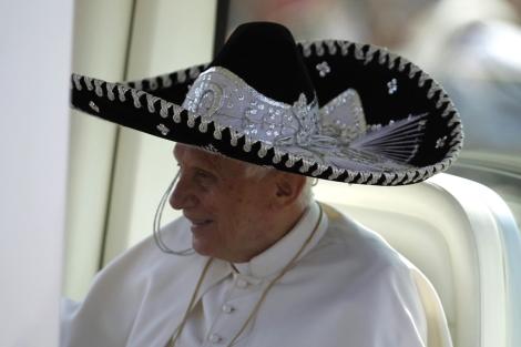 Tendencia en la web: mandate un chiste con lo del Papa.