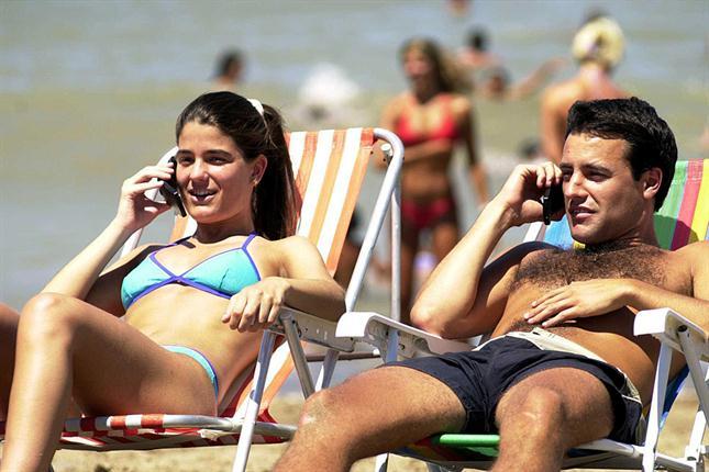 Nomofobia: ¿por qué no podemos desconectar ni en la playa?