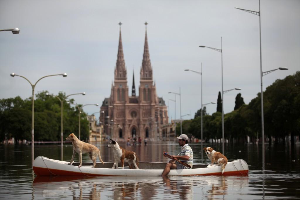 A Luján la inundan la lluvia, los countries y la política