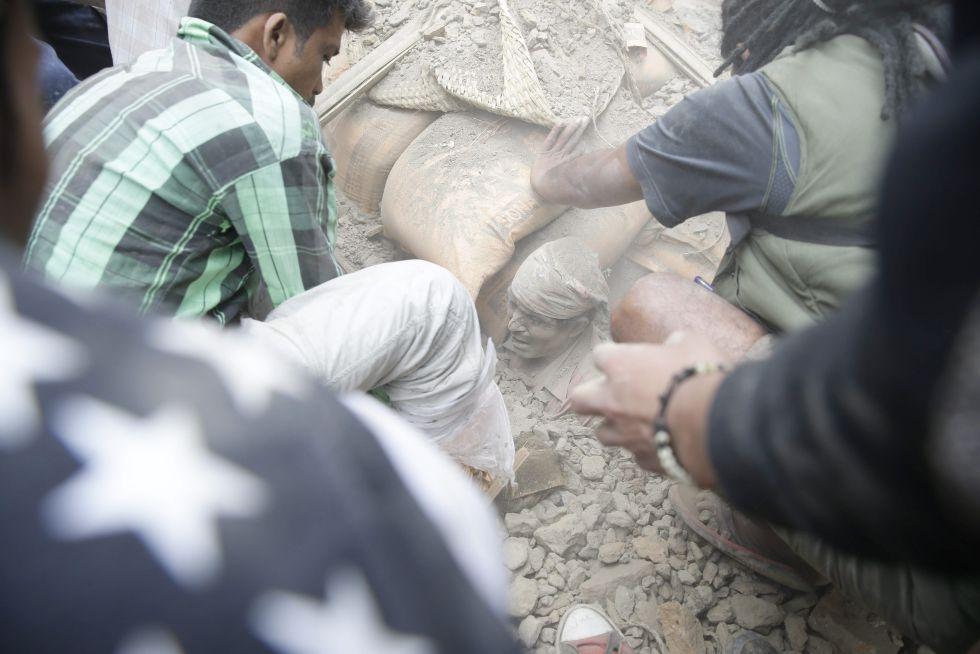 un-hombre-enterrado-entre-las-ruinas-de-un-edificio-en-katmandu-tras-el-terremoto