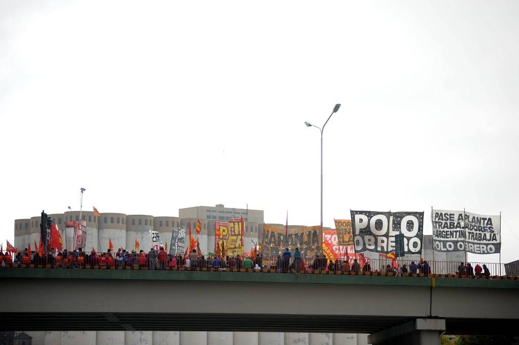 Piquete del paro general en el Puente Pueyrredon.