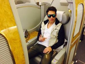Galo en el avión