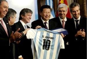 Boudou le regaló una camiseta argentina al presidente chino.