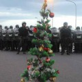 Así quedó el árbol de navidad de los trabajadores luego de la represión.