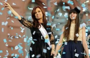 La ex presidenta y su hija, en su reelección. Entonces llovían papelitos.