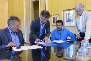 Fernando De Andreis (de pie) junto a Luis Segura, Daniel Angelici y Fernando Marín (coordinador del FxT), al firmar el contrato 2016.