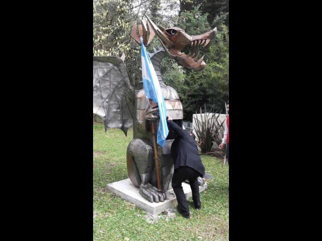 El misterioso dragón del country Abril.
