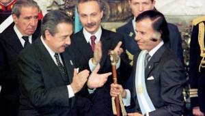 Alfonsín levantó a Menem en contra de Cafiero. Le terminó pasando la banda,