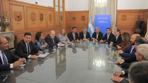 El gobierno intenta seducir a gobernadores peronistas.