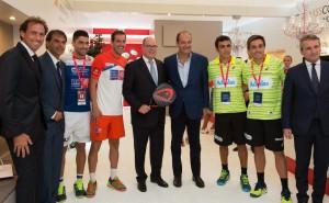 Hernan Auguste , director deportivo del Wptour , Fernando Brea, organizador del torneo , y el rey Alberto II de Mónaco con los jugadores.