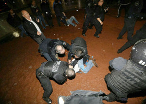 El domingo a la noche, la Policía desalojó a la fuerza a los manifestante que querían montar una estructura frente al Congreso.