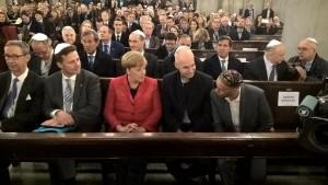Merkel con el ministro Bergman, Larreta de por medio, en la sinagoga Libertad.