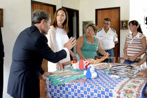 El ministro Ferrari y la gobernadora Vidal visitan un taller en una cárcel de mujeres.
