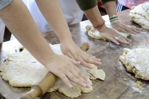 Hay talleres de panadería y dulcería.