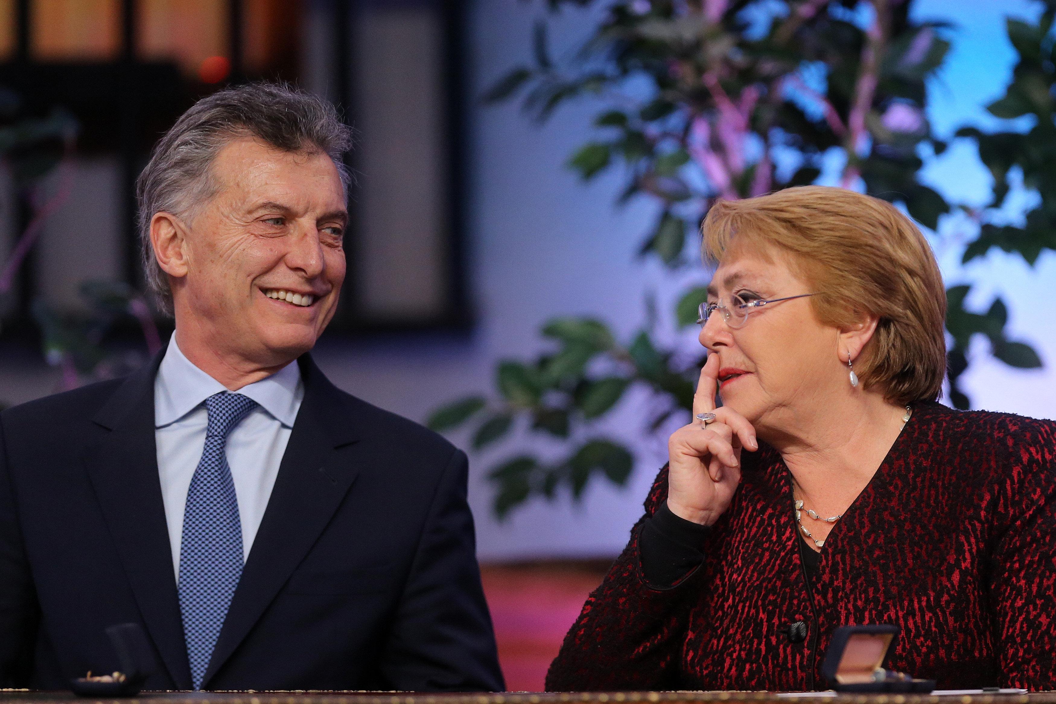 CH17. SANTIAGO (CHILE), 27/06/2017.- La presidenta chilena, Michelle Bachelet (d), y su homólogo de Argentina, Mauricio Macri (d), ofrecen una rueda de prensa conjunta hoy, martes 27 de junio de 2017, en el Palacio de La Moneda, en Santiago (Chile). Macri se encuentra en Chile para avanzar en la concreción de acuerdos comerciales entre ambos países. EFE/Mario Ruiz