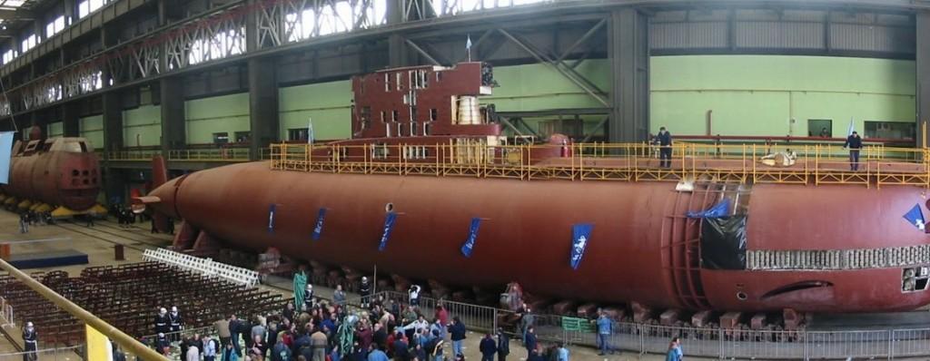 En 2004 se reabrió el astillero. De fondo, el submarino