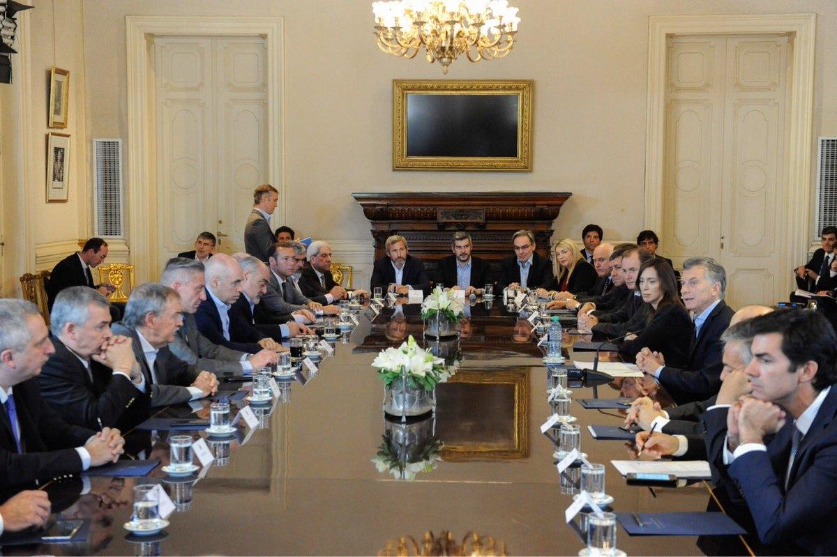 La reunión de Macri y los gobernadores. Pichetto, clave, no para las fotos.
