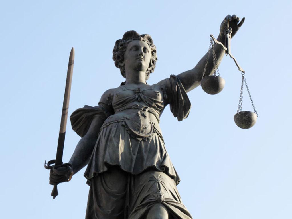 Tuqui se compadece de la pobre Diké, la diosa de la Justicia