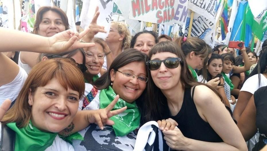 Flor K en una marcha de mujeres. Ayudó a su madre a repensar su postura ante el aborto. ¿Cambiará CFK su posición histórica?