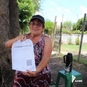 Noelia, del barrio El Ombú, de Merlo, con su certificado.