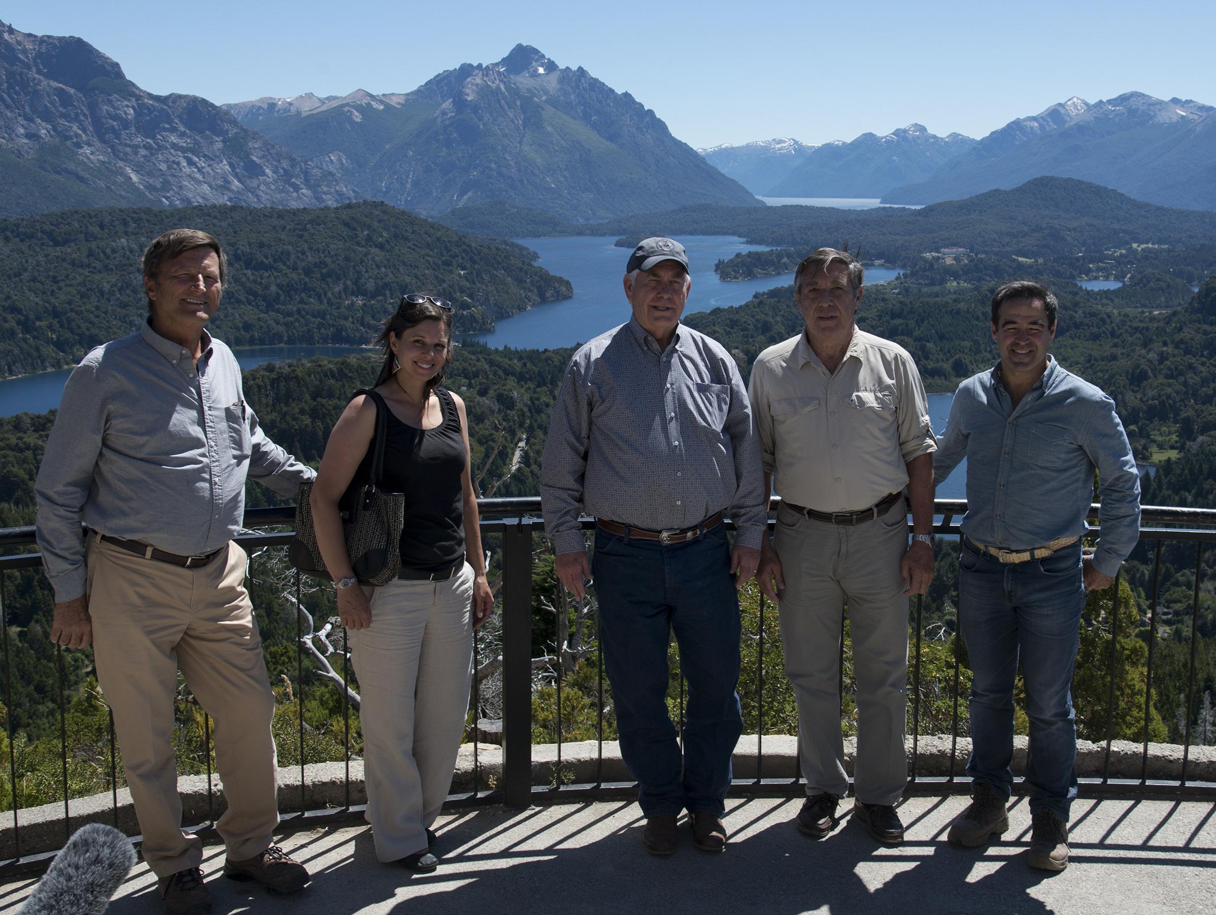 Tillerson en Bariloche, al medio, junto a una científica del Conicet que será becada por la Universidad de Vermont y autoridades locales.