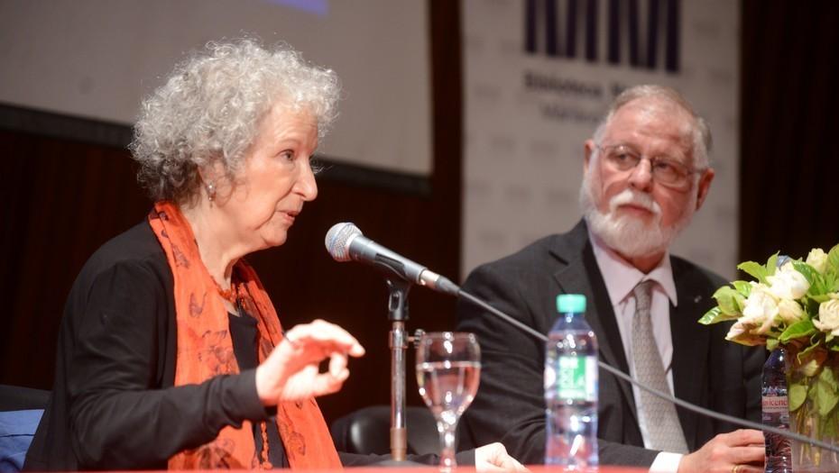 Atwood en la Biblioteca Nacional, junto a Alberto Manguel. Ph: Luciano Thieberger.