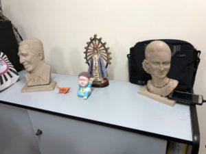 Estatuas en la sede.