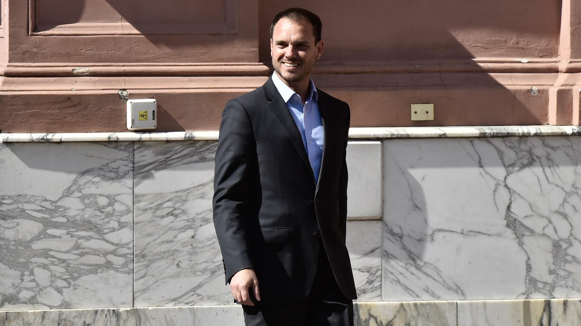 Sánchez, el encargado de convencer senadores para aprobar o modificar la ley. Viene demorado.