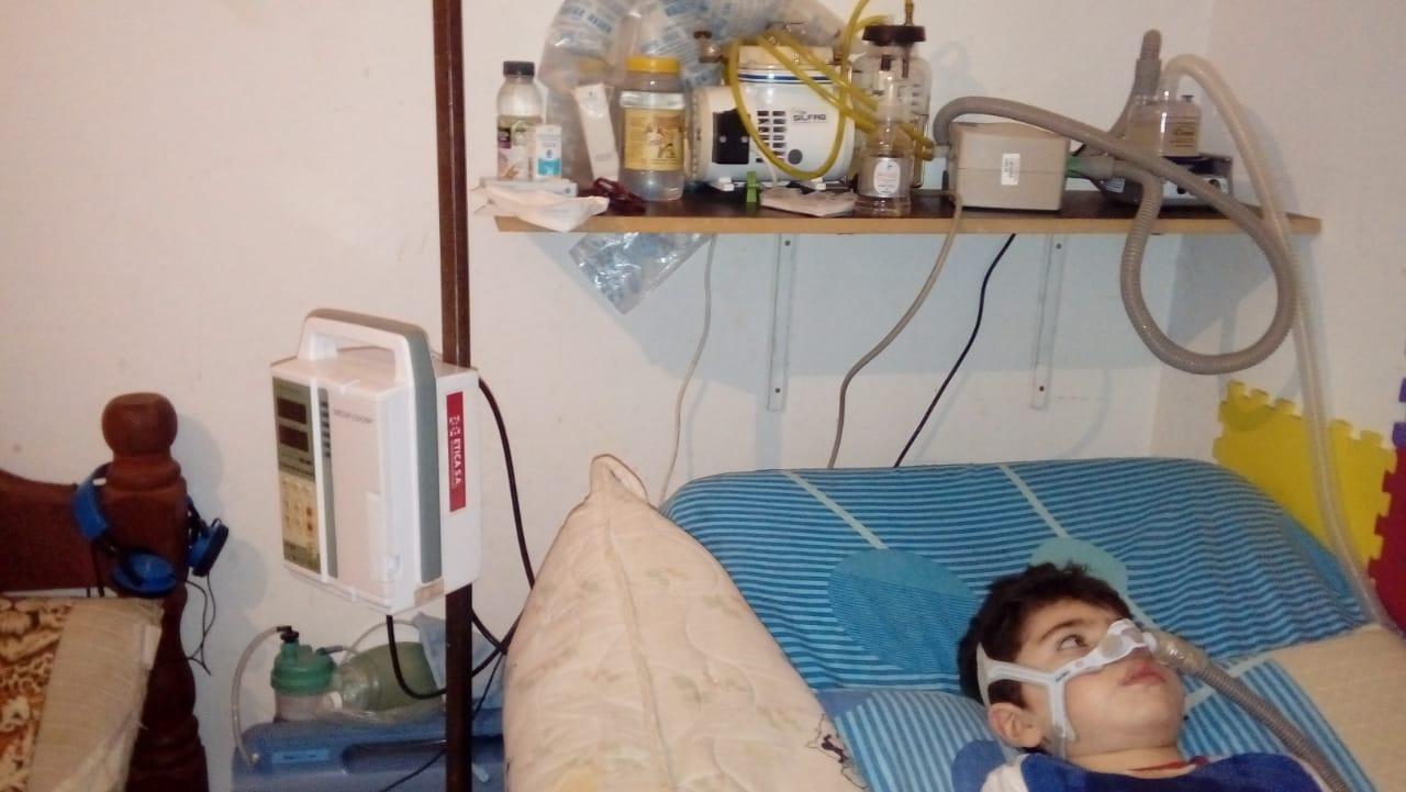 Máximo tiene que dormir conectado por las apneas. Desde Corrientes a su mamá no le atienden el teléfono