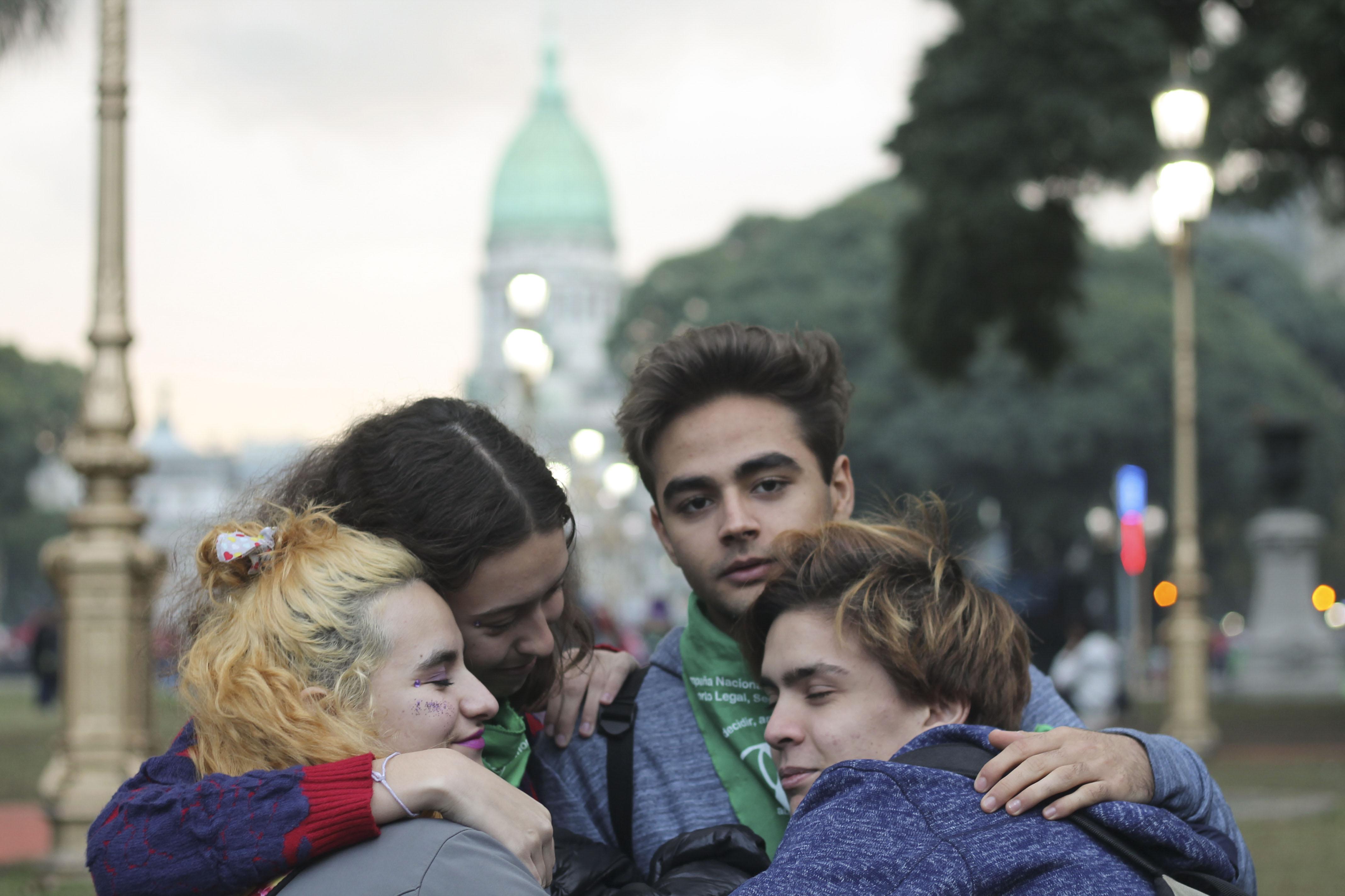 Camila, la chica rubia, junto a sus compañeros en la marcha.