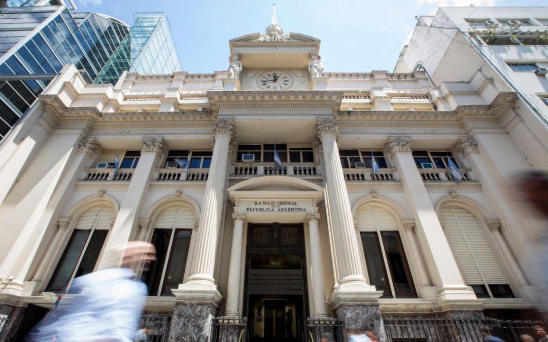 La salida de depósitos merma y el Banco Central endurece controles